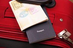 Paspoorten op koffer Stock Foto's