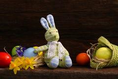 Pasqua Bunny Daffodils Eggs su fondo approssimativo Immagine Stock