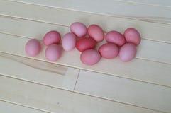 pasqua Coniglio di rosa di Pasqua Uova di Pasqua rosa che si trovano sul fondo di legno Disposizione piana Fotografia Stock