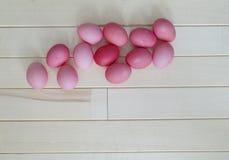 pasqua Coniglio di rosa di Pasqua Uova di Pasqua rosa che si trovano sul fondo di legno Disposizione piana Fotografia Stock Libera da Diritti