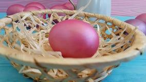 Pasqua dentella le uova agglutina nella fucilazione lenta decorativa della composizione d'annata in progettazione di cadute di tr video d archivio