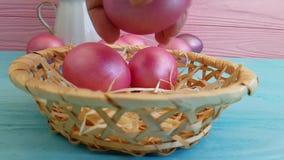 Pasqua dentella le uova nella fucilazione lenta decorativa della composizione d'annata in progettazione della mano del canestro, stock footage