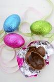Pasqua dentella, si inverdisce ed uova di cioccolato in imballaggio leggero blu Fotografie Stock Libere da Diritti