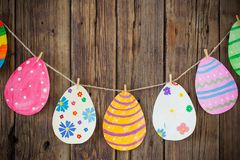 Pasqua di carta ha dipinto le uova ha dipinto la caduta sulle mollette da bucato su backgr immagine stock
