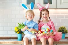 Pasqua felice! bambini divertenti divertenti l con la lepre delle orecchie che ottiene rea fotografia stock libera da diritti