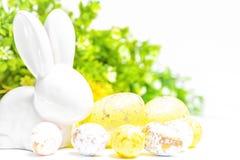 Pasqua felice Coniglietto bianco di Pasqua su un fondo bianco con le uova di Pasqua Cartolina d'auguri di Pasqua con il conigliet fotografia stock