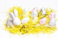 Pasqua felice Coniglietto bianco di Pasqua su un fondo bianco con le uova di Pasqua Cartolina d'auguri di Pasqua con il conigliet immagini stock libere da diritti