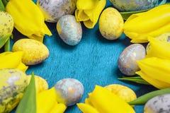 Pasqua felice Coniglietto bianco di Pasqua su un fondo bianco con le uova di Pasqua Cartolina d'auguri di Pasqua con il conigliet fotografia stock libera da diritti