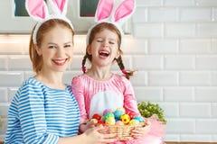 Pasqua felice! figlia del bambino e della madre con la lepre delle orecchie che si prepara per la festa Fotografia Stock Libera da Diritti
