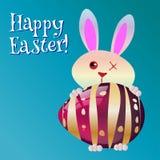 Pasqua felice! La cartolina d'auguri, il coniglietto divertente ed il vetro egg Immagine Stock