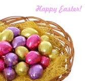 Pasqua felice, merce nel carrello variopinta delle uova di Pasqua del cioccolato isolata Fotografia Stock Libera da Diritti