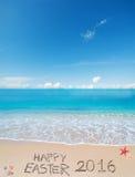 Pasqua felice 2016 su una spiaggia tropicale sotto le nuvole Fotografie Stock