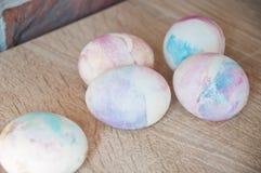 Pasqua felice Tintura naturale Caccia dell'uovo Cottura tradizionale dell'alimento Uova verniciate DIY e fatto a mano Uovo di Pas immagini stock