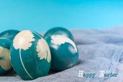 Pasqua felice, uova di Pasqua blu organiche con gli ambiti di provenienza blu, decorazioni di festa di pasqua, ambiti di provenie Fotografia Stock