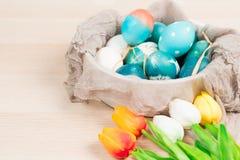 Pasqua felice, uova di Pasqua blu organiche con le uova bianche di colore aspetta la verniciatura, decorazioni di festa di pasqua Fotografia Stock Libera da Diritti