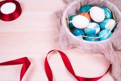 Pasqua felice, uova di Pasqua blu organiche con le uova bianche di colore aspetta la verniciatura, decorazioni di festa di pasqua Fotografie Stock