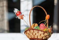 Pasqua felice Uova di Pasqua Variopinte in un cestino fotografia stock