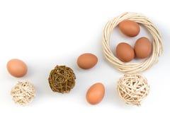 Pasqua felice Uova isolate su priorità bassa bianca Palle, corona tessuta dalle viti Copi lo spazio per testo Vista superiore fotografia stock libera da diritti