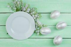 Pasqua felice uova isolate sul fondo di legno della tavola Palle, corona tessuta dalle viti Copi lo spazio per testo top Fotografie Stock Libere da Diritti
