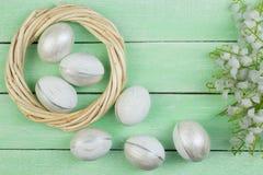 Pasqua felice uova isolate sul fondo di legno della tavola Palle, corona tessuta dalle viti Copi lo spazio per testo top Fotografia Stock