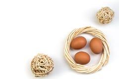Pasqua felice Uova su priorità bassa bianca Palle, corona tessuta dalle viti Copi lo spazio per testo Vista superiore Immagini Stock Libere da Diritti