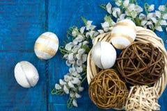 Pasqua felice Uova sul fondo di legno della tavola Palle, corona tessuta dalle viti Copi lo spazio per testo top Fotografia Stock Libera da Diritti