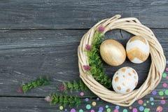 Pasqua felice Uova sul fondo di legno della tavola Palle, corona tessuta dalle viti Copi lo spazio per testo Vista superiore Fotografia Stock