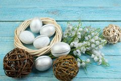 Pasqua felice Uova sul fondo di legno della tavola Palle, corona tessuta dalle viti Copi lo spazio per testo Vista superiore Fotografie Stock