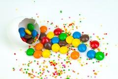 Pasqua felice Uovo di Pasqua rotto con delle le decorazioni colorate multi della caramella Su fondo bianco Copi lo spazio per tes Fotografia Stock Libera da Diritti
