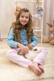 Pasqua - gli amori della bambina vivono coniglio Fotografia Stock Libera da Diritti
