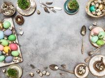 Pasqua ha colorato la disposizione del piano di feste delle decorazioni delle uova Fotografie Stock Libere da Diritti