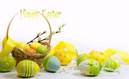 Pasqua ha colorato le uova con un canestro delle viti fotografia stock libera da diritti