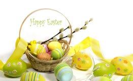 Pasqua ha colorato le uova con un canestro delle viti immagine stock libera da diritti