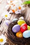 Pasqua ha colorato le uova su legno Immagini Stock Libere da Diritti