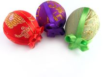 Pasqua ha verniciato l'uovo legato in su dai nastri 2 Immagine Stock