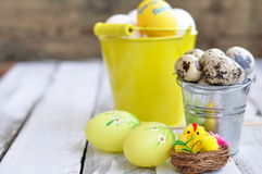 Pasqua, le uova di Pasqua in un secchio su una tavola di legno Immagine Stock Libera da Diritti