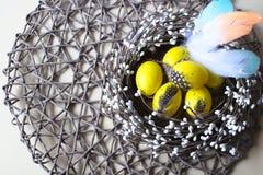 pasqua Piccole uova gialle nel nido Immagine Stock