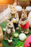 Pasqua poco coniglietto con i genitori del coniglietto e le uova di Pasqua su un'erba verde Immagine Stock Libera da Diritti