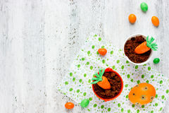 Pasqua sveglia tratta la crema del biscotto del cioccolato della carota nel piccolo Immagini Stock Libere da Diritti