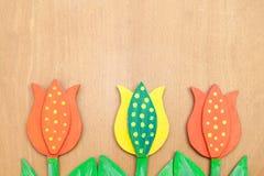 Pasqua - tulipani di legno sulla tavola di legno Immagini Stock Libere da Diritti