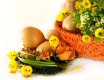 Pasqua: uova, cestino, fiori e polli Fotografie Stock Libere da Diritti