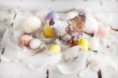 Pasqua, uova colorate, giallo, bianco, albero bianco, fondo bianco, feathersa, pollo eggs, uova di quaglia, pollo Fotografia Stock Libera da Diritti