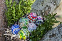 pasqua Uova di Pasqua Variopinte in un cestino di vimini immagine stock libera da diritti