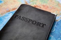 Pass in der Tasche auf einer Karte Stockfotografie
