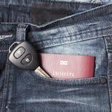 Pass i jeanfack med biltangent Arkivfoton