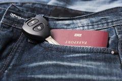 Pass i jeanfack med biltangent Arkivbild