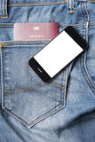 Pass i jeanfack med den smarta telefonen Royaltyfria Foton