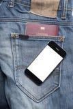 Pass i jeanfack med den smarta telefonen Arkivfoton
