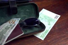 Pass, kassa och solglasögon royaltyfri fotografi