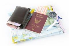Pass, kompass, flygplan, orb och pengar, resabegrepp arkivbilder